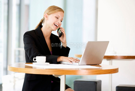 A businesswoman talking on a mobile phoneの写真素材 [FYI02119285]
