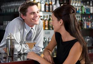 A barman flirting with a customerの写真素材 [FYI02119291]