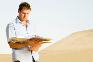 A man reading a mapの写真素材 [FYI02119311]