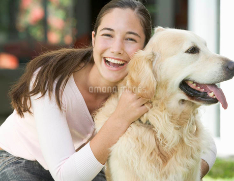 A young girl with her pet dogの写真素材 [FYI02119320]