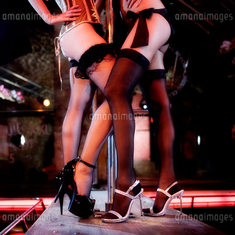 Two pole dancers at a nightclubの写真素材 [FYI02119321]