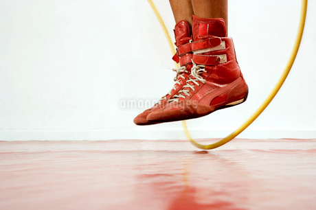 Close up of boxer's feet skippingの写真素材 [FYI02119326]