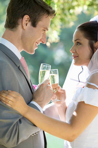 A bride and groom drinking champagneの写真素材 [FYI02119341]