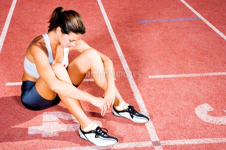 Portrait of a female athlete restingの写真素材 [FYI02119352]