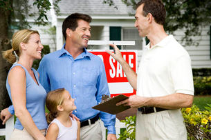 Family with estate agent outside property for saleの写真素材 [FYI02119401]