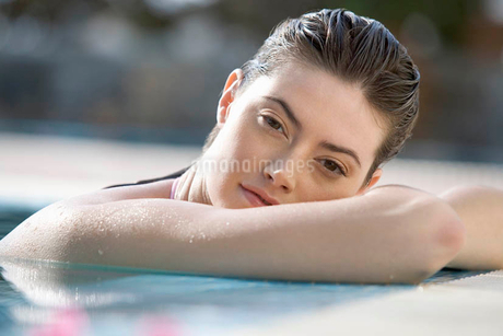 A woman relaxing in a poolの写真素材 [FYI02119413]