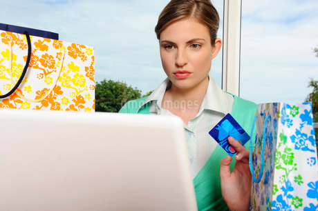 Portrait of woman shopping onlineの写真素材 [FYI02119436]