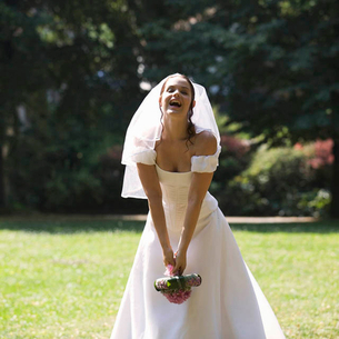 A bride throwing her bouquetの写真素材 [FYI02119439]