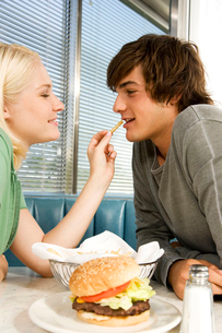 Teenage couple in a dinerの写真素材 [FYI02119443]