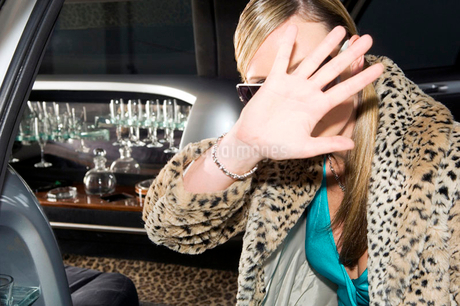 A woman in a stretch limousineの写真素材 [FYI02119454]