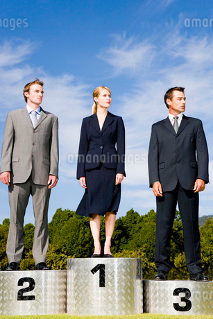 Business people on a winners podiumの写真素材 [FYI02119495]
