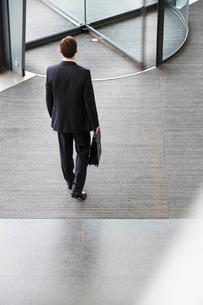 A businessman leaving officeの写真素材 [FYI02119730]