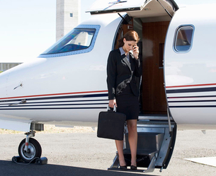 A business woman boarding a planeの写真素材 [FYI02119740]