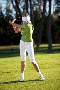 Woman playing golfの写真素材 [FYI02119797]