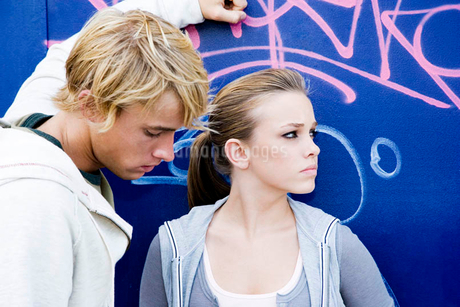 Young teenage couple in front of a graffiti covered wallの写真素材 [FYI02119799]