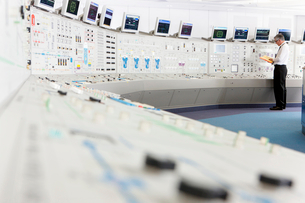 Engineer working in control room of nuclear power stationの写真素材 [FYI02119814]