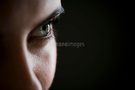 Detail of woman's face showing left eyeの写真素材 [FYI02119823]