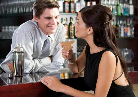 A barman flirting with a customerの写真素材 [FYI02119824]