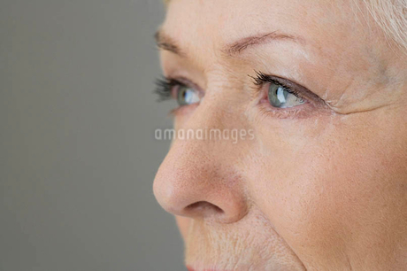 A portrait of a senior woman, detail of eyesの写真素材 [FYI02119884]