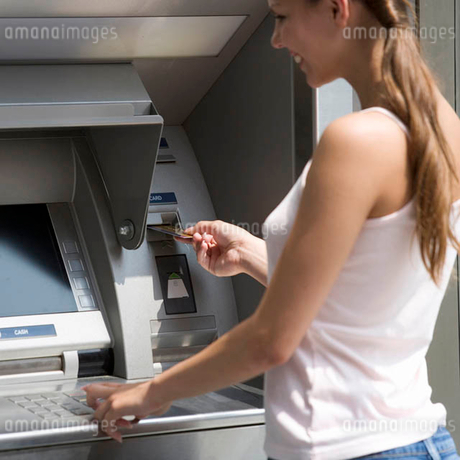 A young woman using a cash machineの写真素材 [FYI02119939]