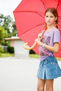 A young girl with an umbrellaの写真素材 [FYI02119982]
