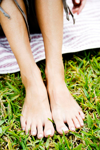 woman's bare feet on the grassの写真素材 [FYI02120000]