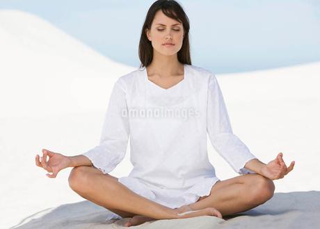 A woman meditatingの写真素材 [FYI02120111]