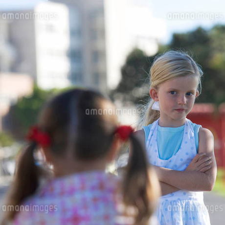 Two young girls at a school playgroundの写真素材 [FYI02120161]