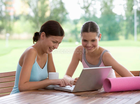 Two young with a laptop after a yoga classの写真素材 [FYI02120165]