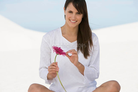A woman holding a flowerの写真素材 [FYI02120183]
