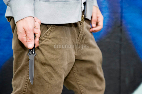 Close up of a young man holding a knifeの写真素材 [FYI02120184]