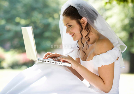 A bride using a laptopの写真素材 [FYI02120216]