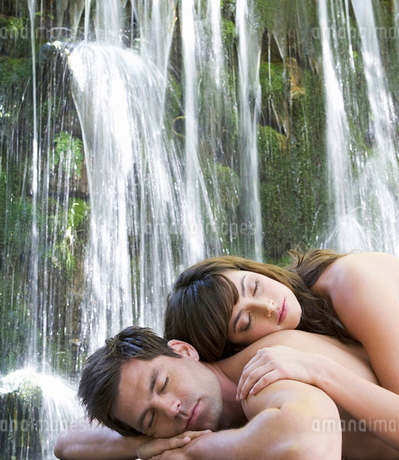 A couple relaxing by a waterfallの写真素材 [FYI02120223]