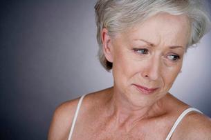 A senior woman cryingの写真素材 [FYI02120230]