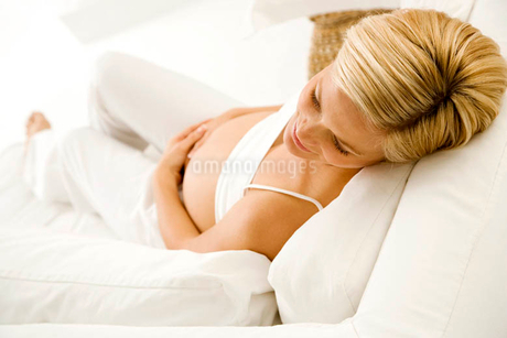 A pregnant woman relaxingの写真素材 [FYI02120287]