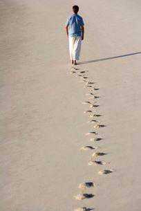 A man walking on a beachの写真素材 [FYI02120311]