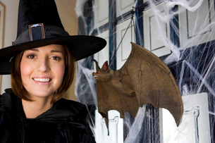 Mother dressed up as a witch for Halloweenの写真素材 [FYI02120323]