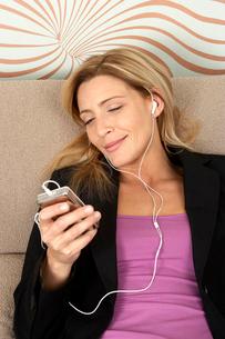 Woman listening to musicの写真素材 [FYI02120375]