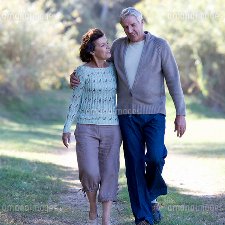 A senior couple walking in the countrysideの写真素材 [FYI02120438]