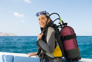 A woman about to go scuba divingの写真素材 [FYI02120466]