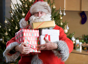 Father Christmas/Santa Claus holding a pile of presentsの写真素材 [FYI02120473]