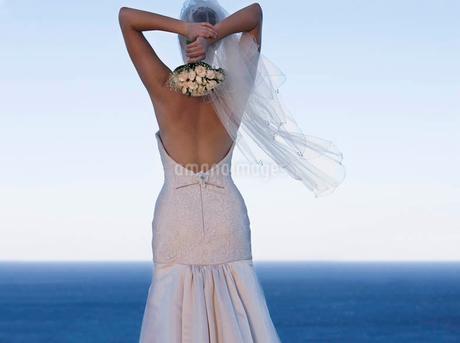 A bride throwing her bouquet awayの写真素材 [FYI02120475]