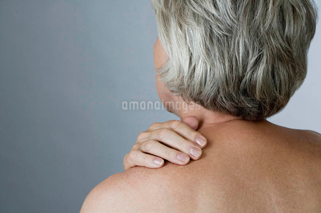 A senior woman with back acheの写真素材 [FYI02120480]
