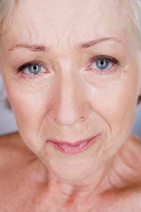 A senior woman cryingの写真素材 [FYI02120481]