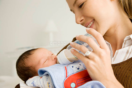 A mother bottle feeding her babyの写真素材 [FYI02120543]