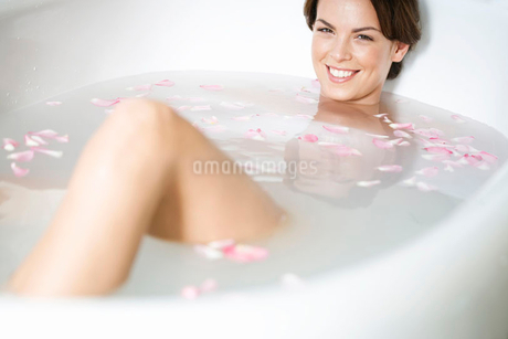A young woman in a spa bathの写真素材 [FYI02120545]