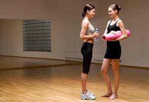 Two young women in a gymの写真素材 [FYI02120548]