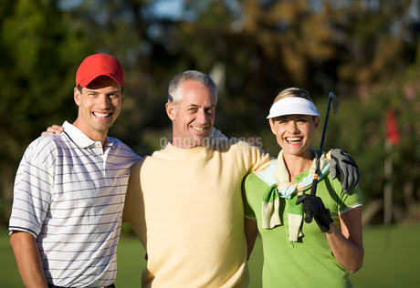 Portrait of three friends on a golf courseの写真素材 [FYI02120567]
