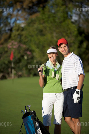 Two friends playing golfの写真素材 [FYI02120568]