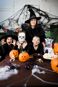 Four friends and a mother at a Halloween partyの写真素材 [FYI02120584]